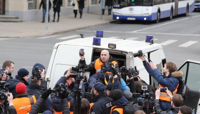 Policija pie Brīvības pieminekļa aiztur 'kremļa blogeri' Filipsu. Tiešraides arhīvs