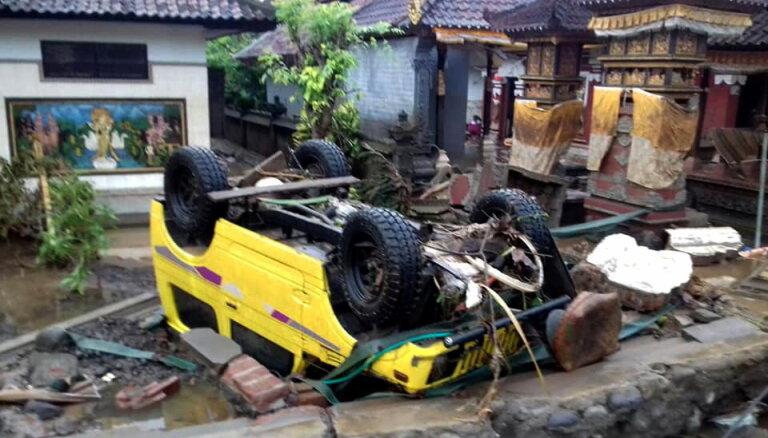 """На Индонезию обрушилось """"вулканическое"""" цунами, не менее 222 погибших"""