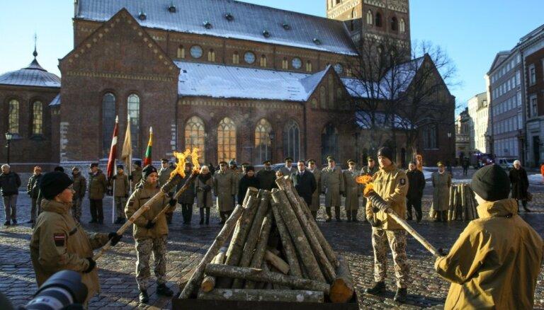 Foto: Rīgā piemin 1991. gada barikāžu notikumus