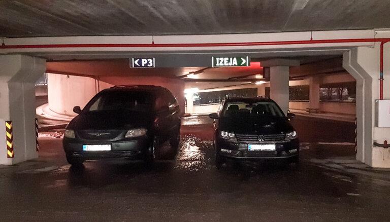 Foto: 'Parkošanās paraugstunda' – autovadītāji nobloķē iebrauktuvi lielveikala stāvvietā