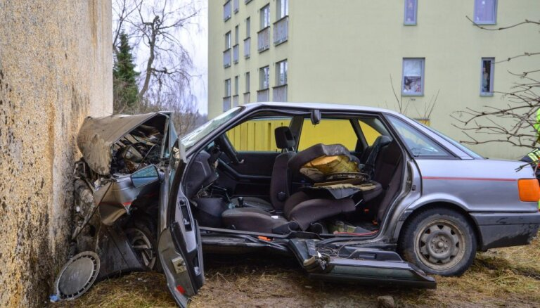 Foto: Igaunijā 'Audi 80' ietriecies ēkas sienā; autovadītāju atbrīvo pēc virsbūves sagriešanas
