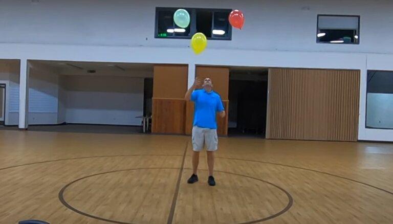 Video: Amerikānis uzstāda Ginesa rekordu trīs balonu noturēšanā gaisā