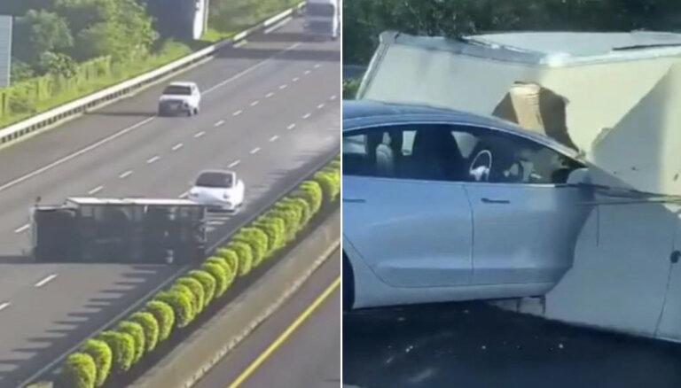Video: 'Tesla' autopilota sistēma nepamana šķērsli uz šosejas un ietriecas tajā