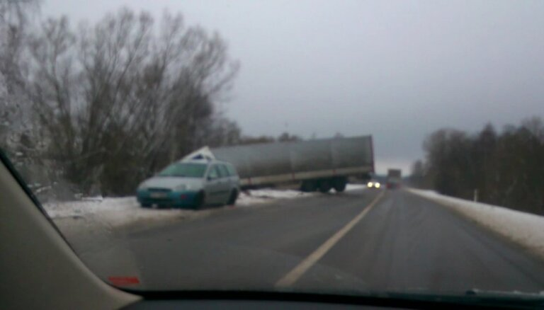 Uz Daugavpils-Rēzeknes šosejas grāvī iebrauc kravas auto