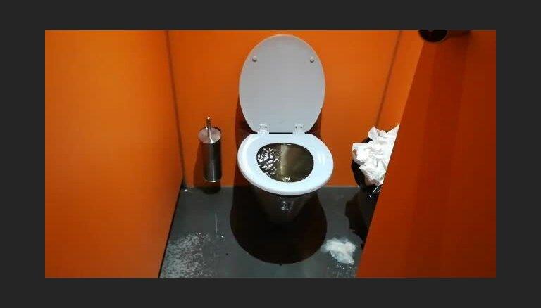 Video: Mežaparka estrādē ģenerālmēģinājuma laikā sieviešu tualetēs pludo podi un izlietnes