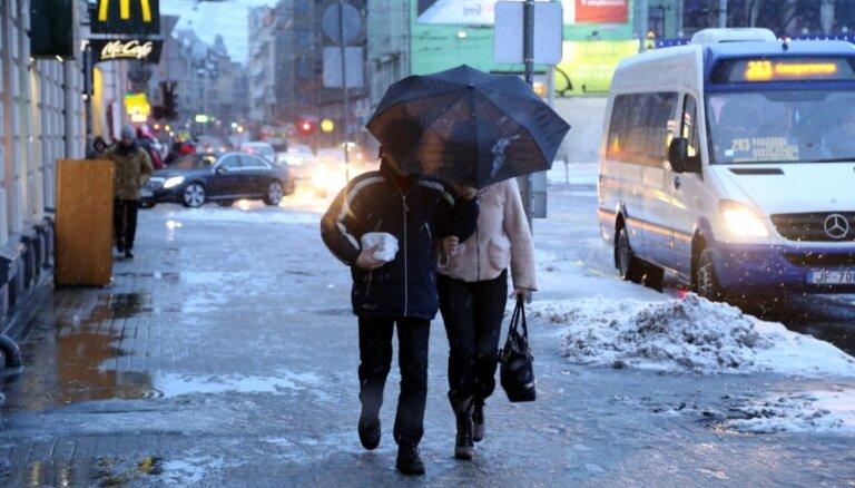 Rīgā vēja ātrums brāzmās sasniedzis 24 metrus sekundē; pierims vakarā