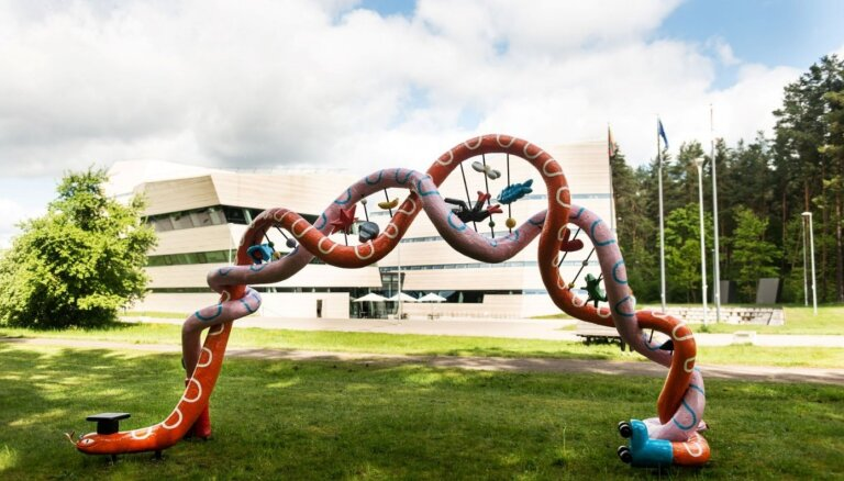 Viļņā uzstāda skulptūru DNS 'šķērēm' – ar Nobela prēmiju novērtētam atklājumam