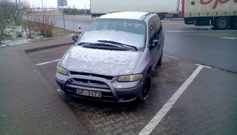 Foto: Polijā jau pusgadu ceļmalā mētājas 'Chrysler' no Latvijas