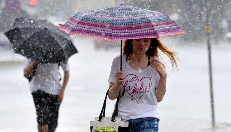 Trešdien saglabāsies karsts laiks un vietām gaidāmas pērkona lietusgāzes