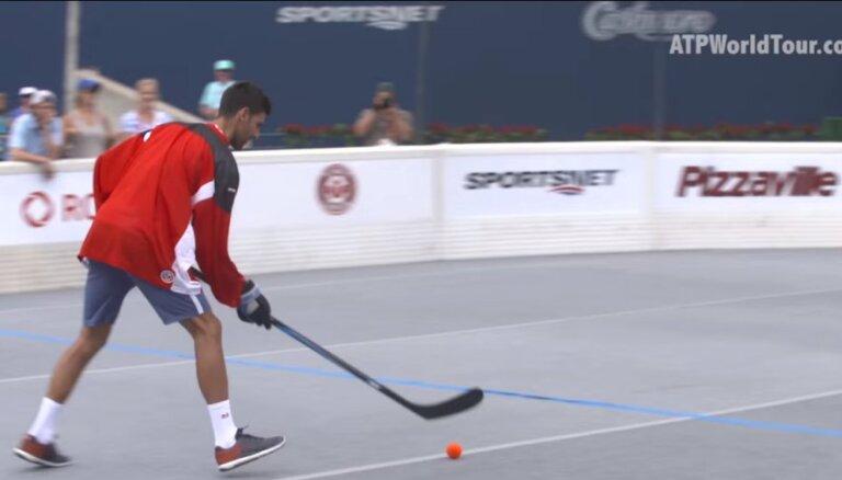 Video: Džokovičs demonstrē savas prasmes hokejā ar bumbiņu
