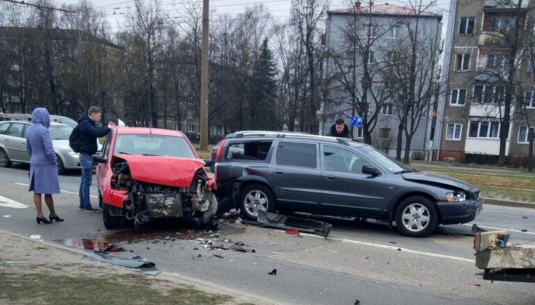 Foto: Maskavas ielā 'vilcieniņā' avarē pieci auto