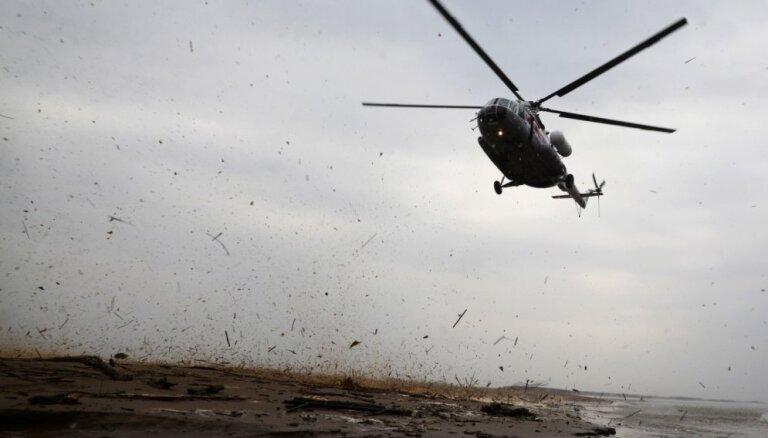 Latvijas NBS helikopters palīdz dzēst kūdrāju ugunsgrēku Lietuvā