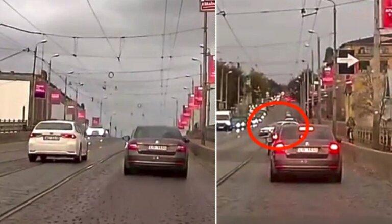 Video: Uz mitrā bruģa sastrēgumu apbraukušais auto saslīd un ietriecas tilta barjerā