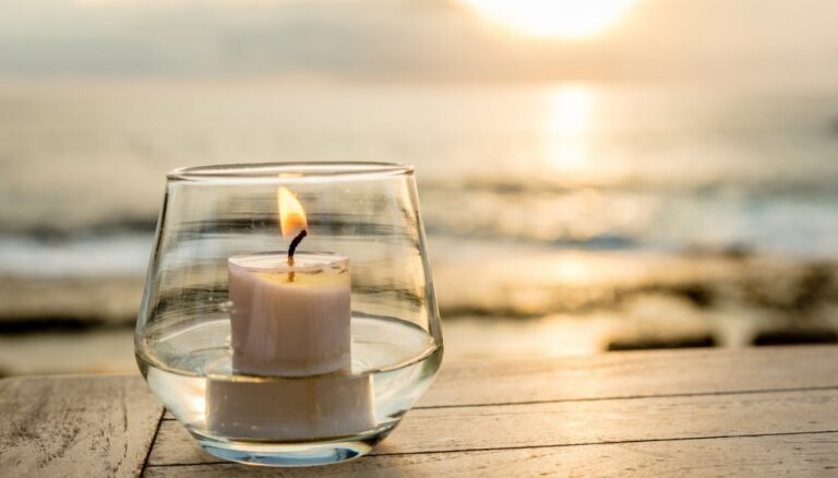 Trīs rituāli ar svecēm – naudai, slikta ieraduma atmešanai un enerģijas tīrīšanai