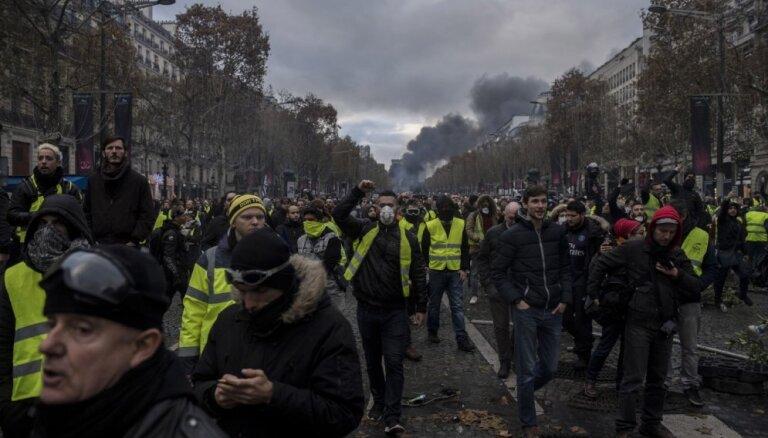 Francijā 'dzelteno vestu' protestos piedalījies 81 000 demonstrantu