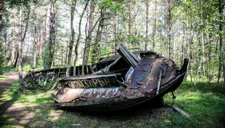 Foto: Pamestā un laika pirksta skartā Mazirbes laivu kapsēta, kas vilina ziņkārīgos
