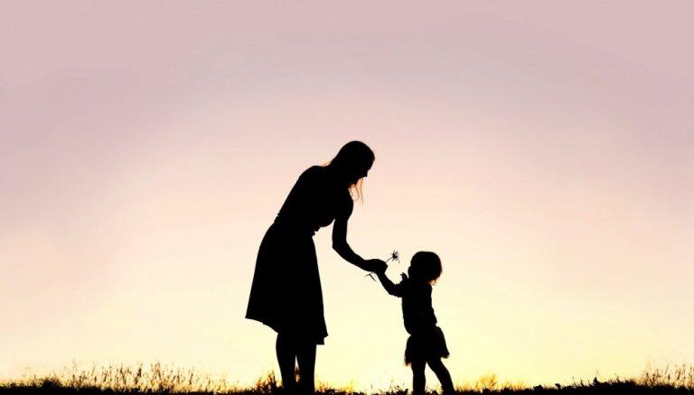 Vai ir pareizi uzticēties mātes instinktam? Psihoterapeites pārdomas