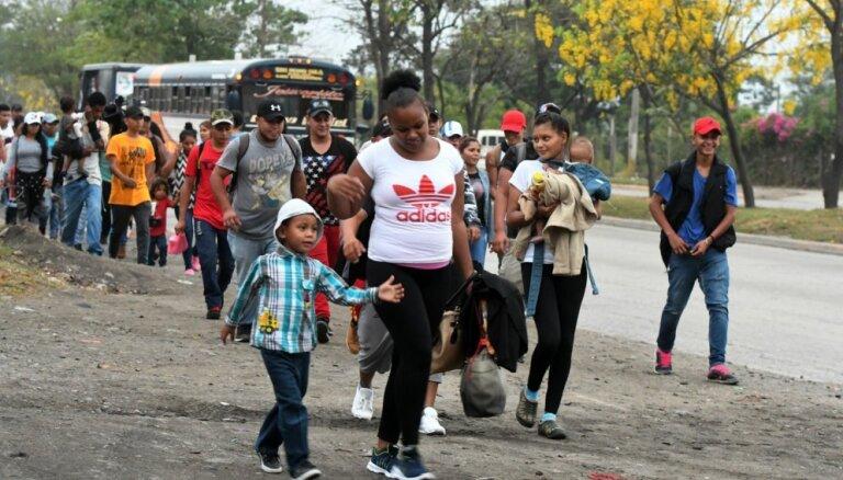 Simtiem migrantu Hondurasā pulcējas, lai kopā dotos uz ASV