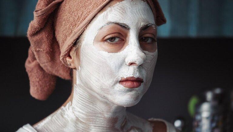 Pumpas, izsitumi vai apsārtumi: kā nomaskēt sejas ādas problēmas un nepilnības