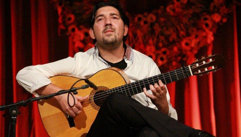 Foto: Flamenko ģitārists Antonio Rejs koncertē Rīgā