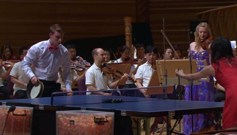 Video: Kad mūzika satiek sportu - Šanhajas Simfoniskais orķestris izpilda 'Pingponga koncertu'