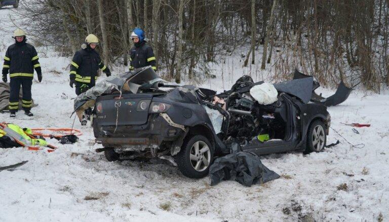 Igaunijā trīs transportlīdzekļu sadursmē divi bojāgājušie