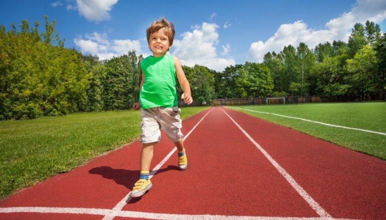 Pediatre skaidro, no kāda vecuma bērnu var sūtīt uz sporta treniņiem