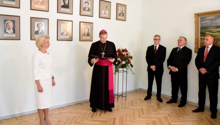 Foto: Atklāj Saeimas priekšsēdētāja vietas izpildītāja trimdā Jāzepa Rancāna portretu