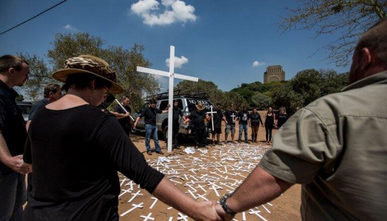 Dienvidāfriku pārņem protesti pret balto fermeru slepkavībām