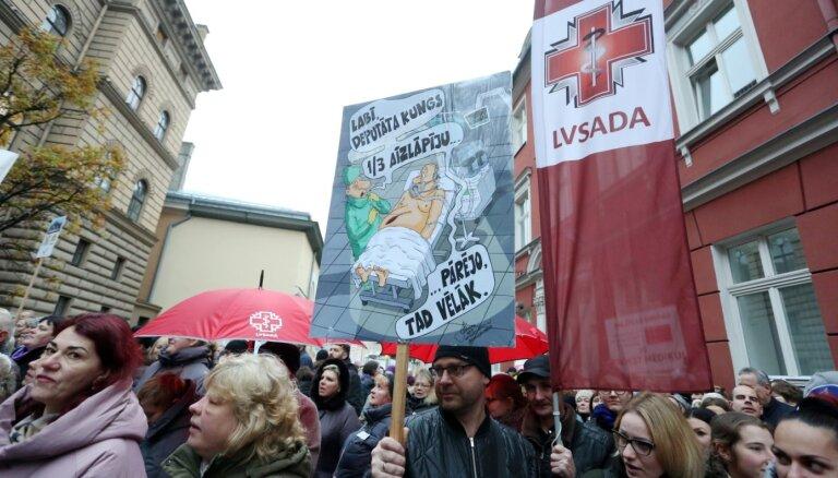 Pie Saeimas pulcēsies divi tūkstoši mediķu; prasīs Reira demisiju