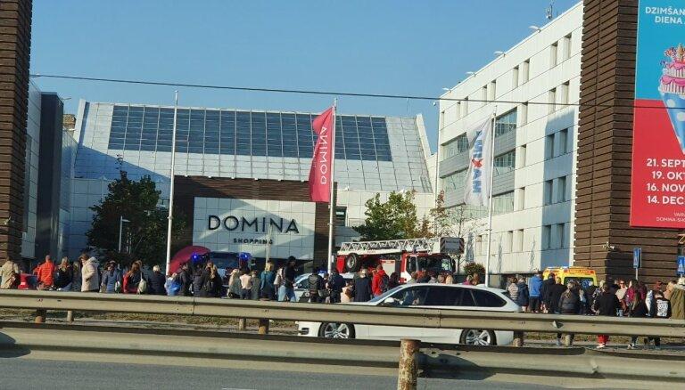 Foto: Piedeguša ēdiena dēļ no tirdzniecības centra 'Domina' evakuē 600 cilvēku