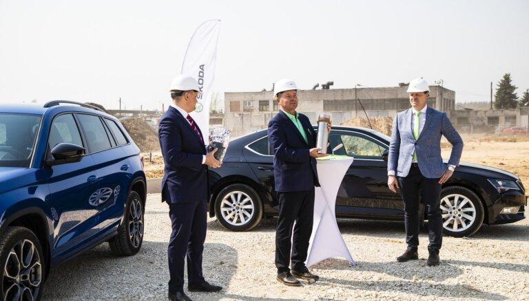Foto: Svinīgi iemūrēta topošā 'Škoda' dīlera Rīgā 'Verte Auto' laika kapsula pamatakmenī