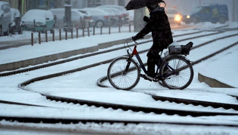 Sestdien snigs gandrīz visu dienu; dažviet gaidāma migla