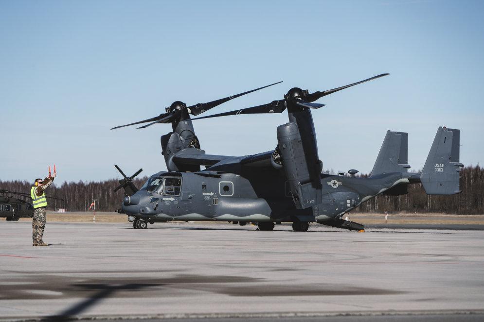 """ФОТО. В Латвию прибыли редкие """"самолеты-вертолеты"""" американского спецназа"""