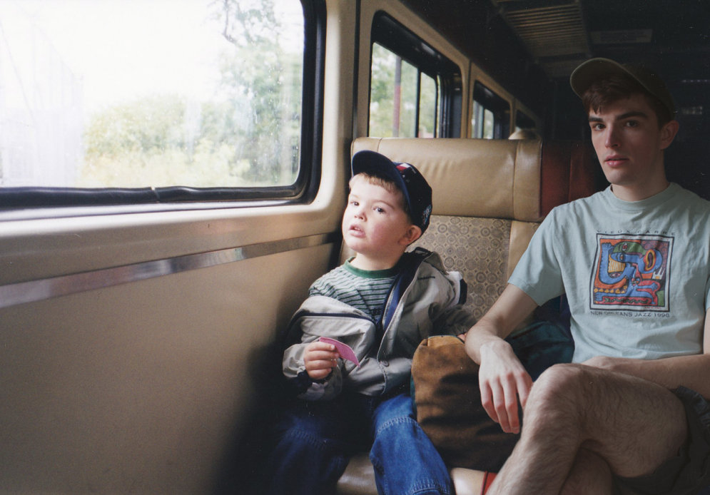 """Фотограф мастерски """"вклеил"""" себя в свои же детские фото. Получилось — волшебно!"""