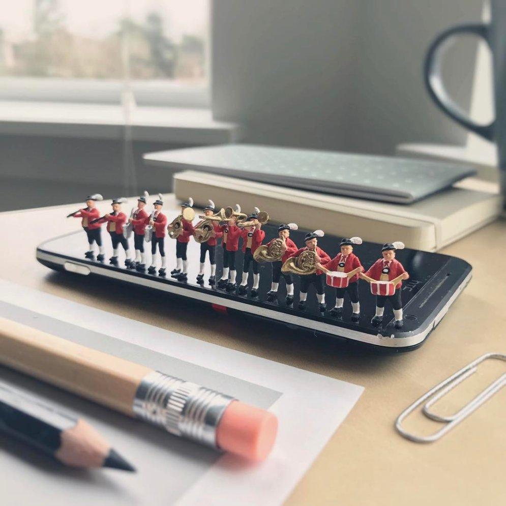 Твой офис в миниатюре: парень визуализирует рабочие проблемы (15 сценок)