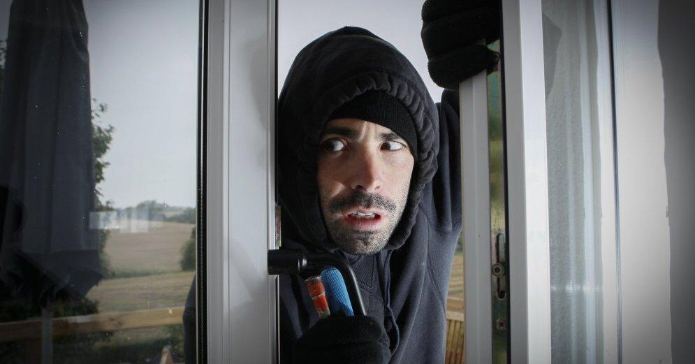 """Задержан мужчина, грабивший квартиры, выдавая себя за работника """"Латвияс газе"""" или полицейского"""