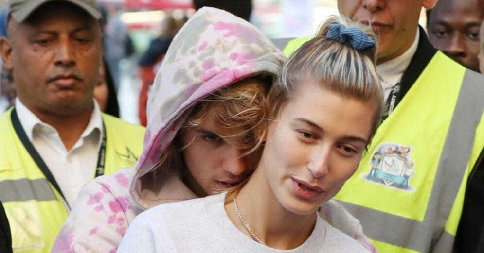 Джастин бибер его сестра трогает его за член