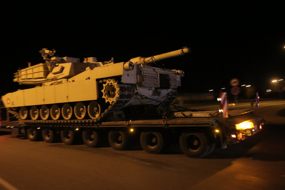 Под покровом ночи в Латвию впервые прибыли американские танки Abrams и БМП Bradley