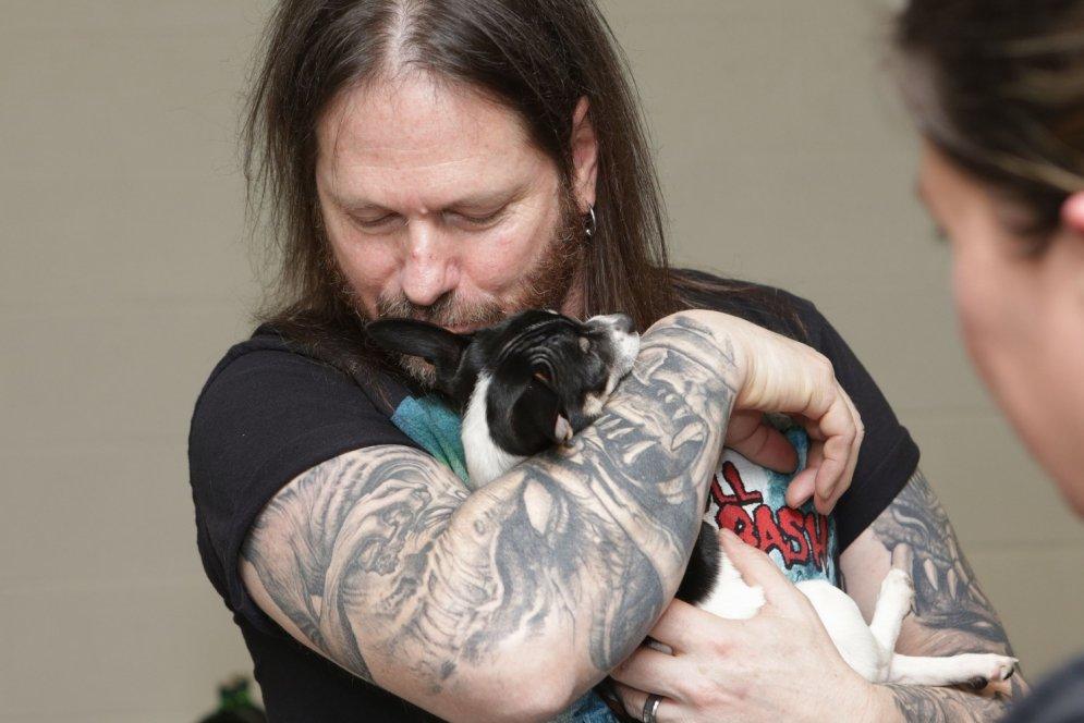 Aizkustinoši foto: Skarbi metālisti bučojas ar izglābtiem kucēniem