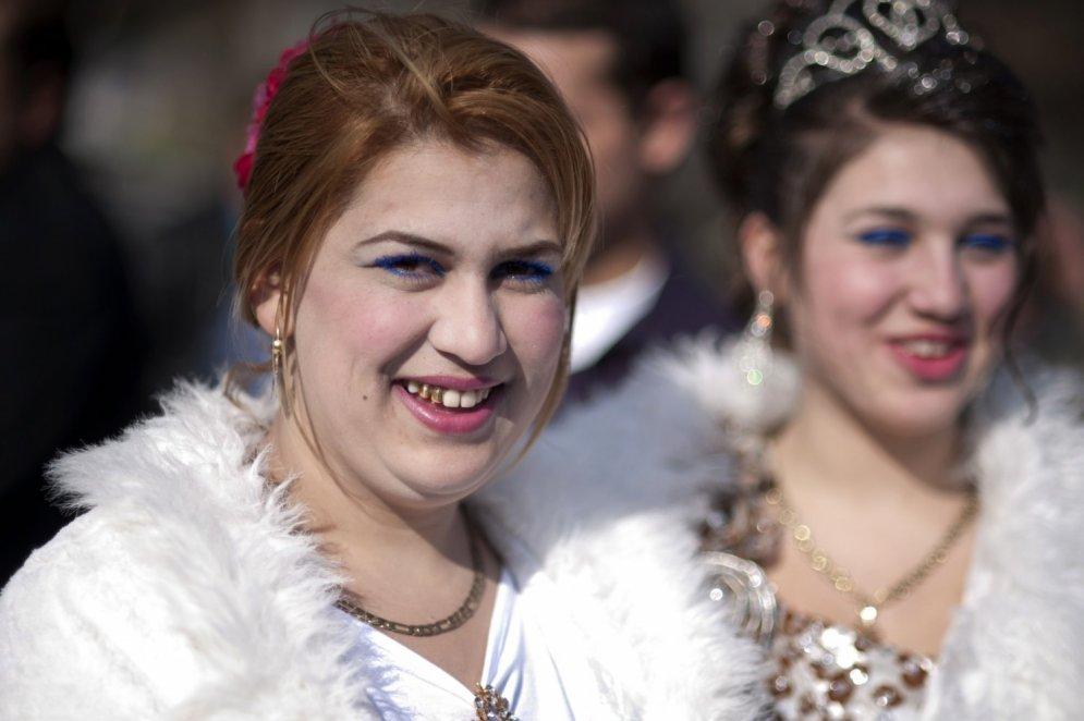 Sievas par 2500 eiro un 5000 eiro: ieskats Bulgārijas čigānu līgavu tirgū