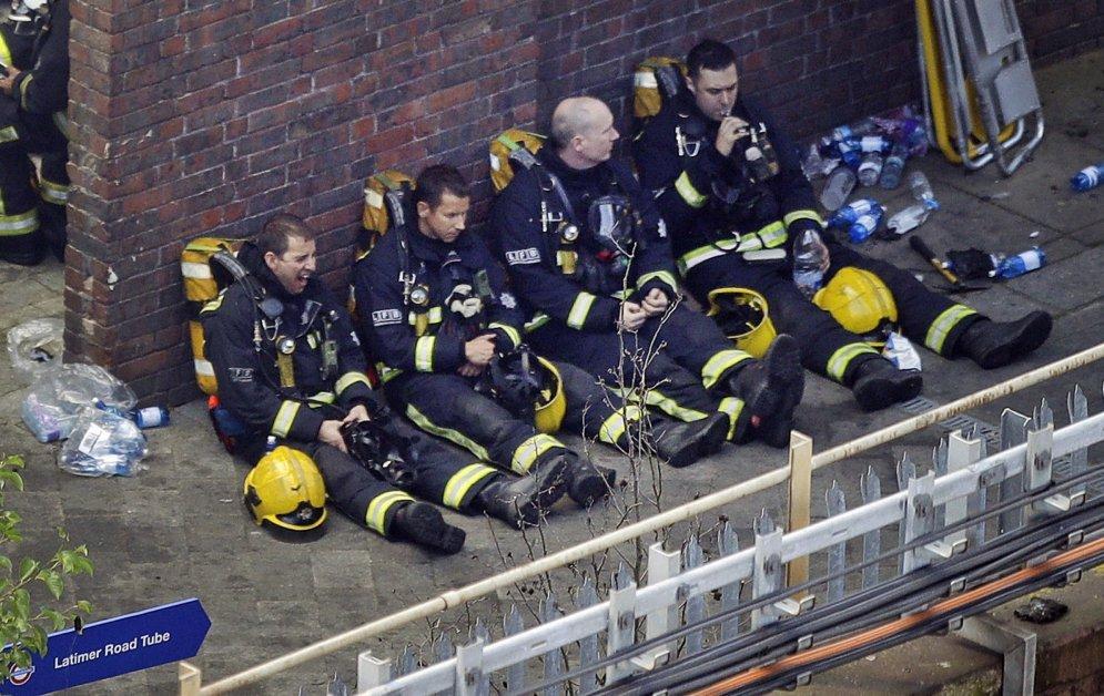 Огонь и слезы, жертвы и герои. История ужасного пожара в Лондоне в 16-ти фотографиях