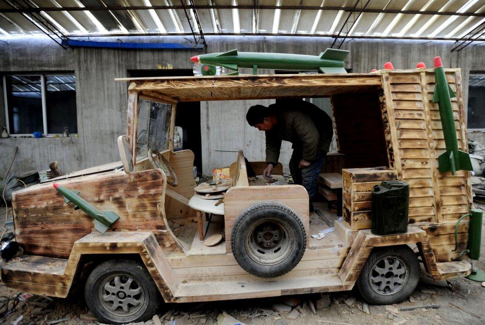 Ķīnietis izgatavo koka elektromobīli, ko aprīko ar raķetēm un radaru