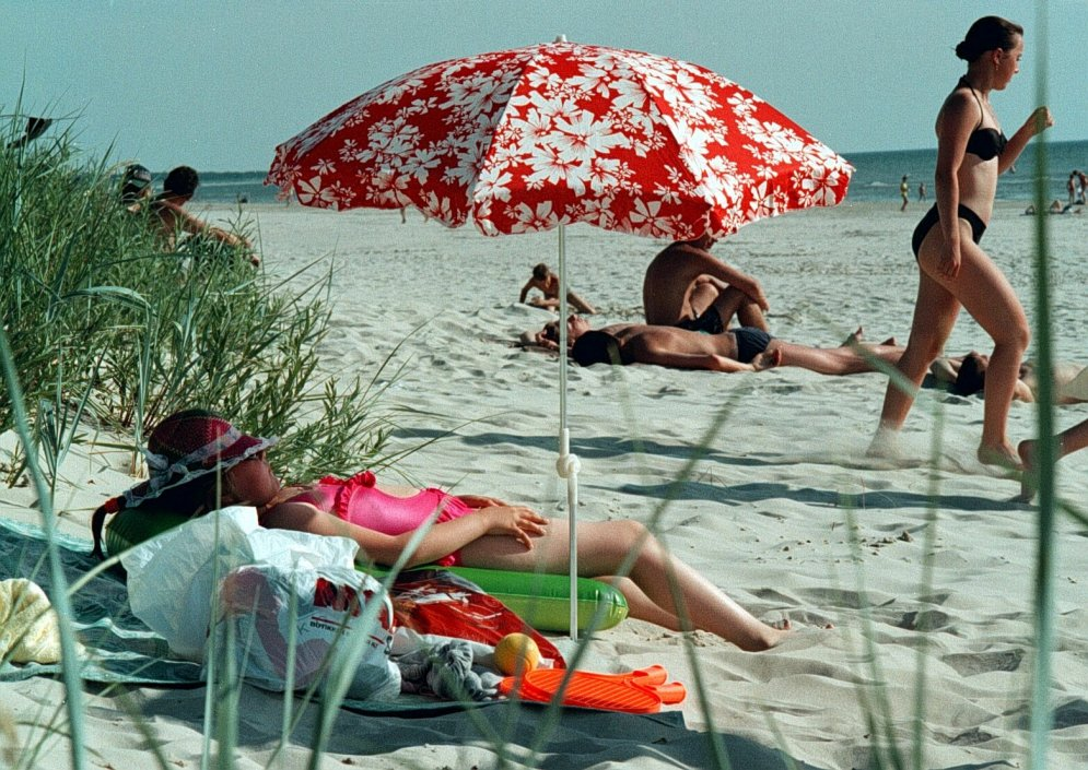 Kā latvieši priecājās pludmalēs 90. gados - stilīgi peldkostīmi un mīlas prieki