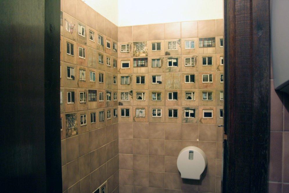 Foto: Padomju laika mantojums uz flīzēm Kauņas bāra tualetē