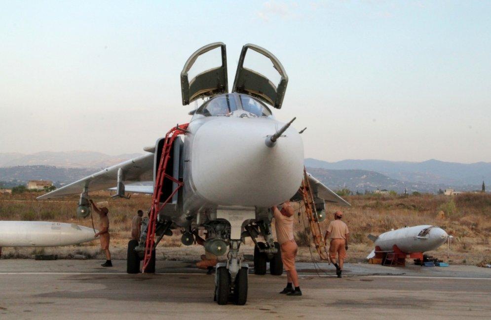 """Российские ВВС показали свои """"сушки"""" на авиабазе """"Хмеймим"""" в Сирии"""