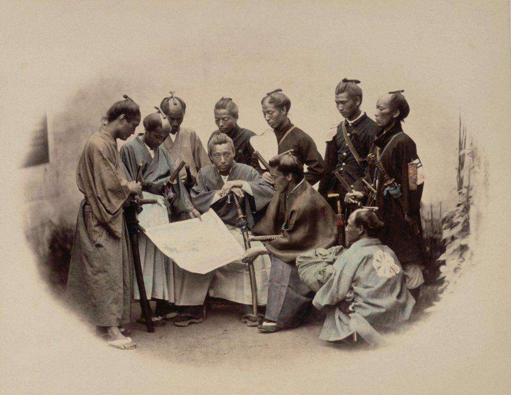 Ar roku krāsotas 19. gadsimta fotogrāfijas, kurās attainota samuraju dzīve