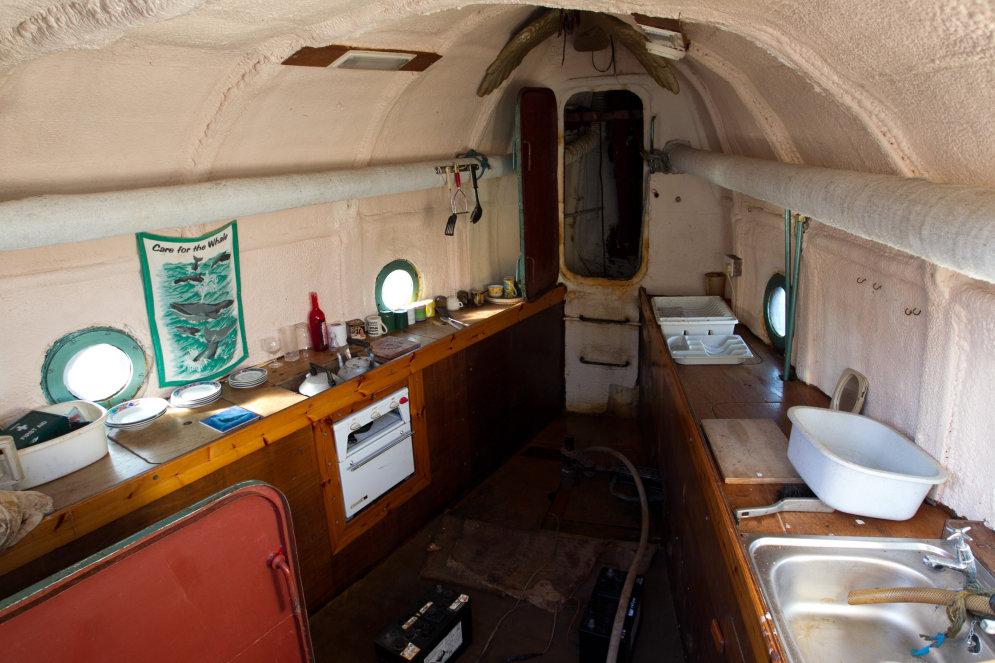 """73-летний пенсионер 20 лет строил 62-тонного """"кита"""" и переплывет на нем Атлантику"""