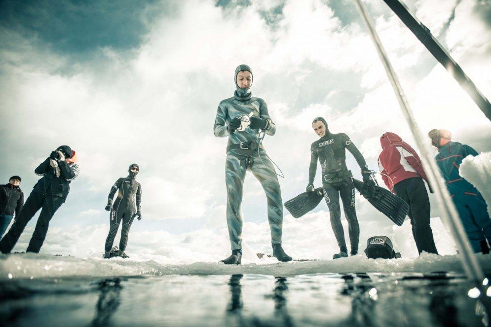 Stindzinoši kadri: Somu vīri brīvprātīgi nirst zem ledus