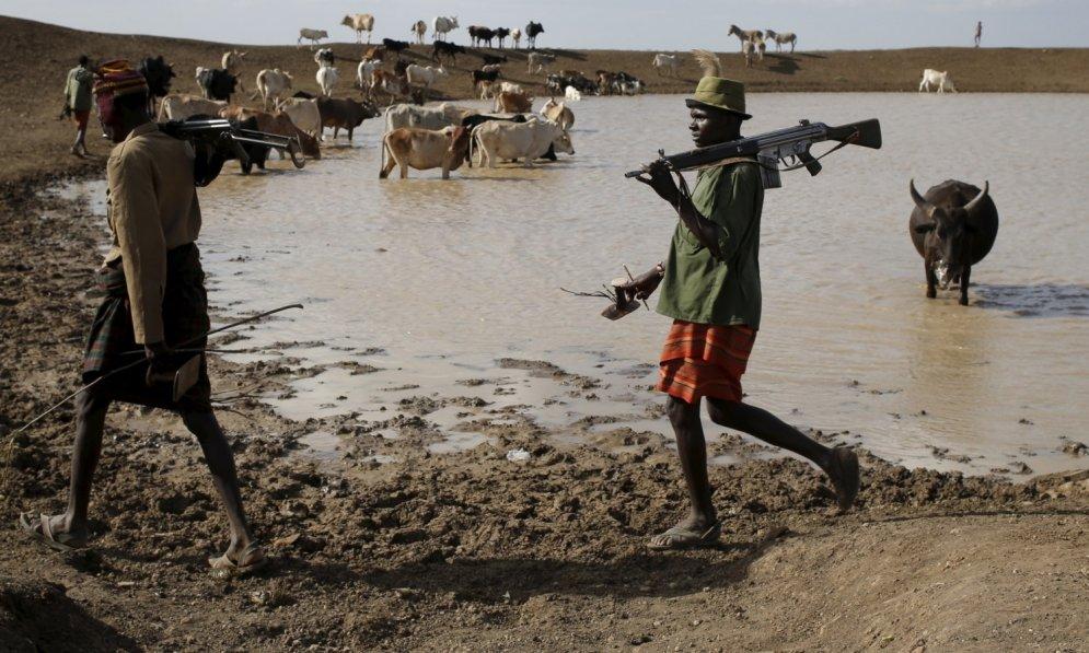 Kenijas lopu gani ar mīļiem zvēriņiem un kalašņikoviem